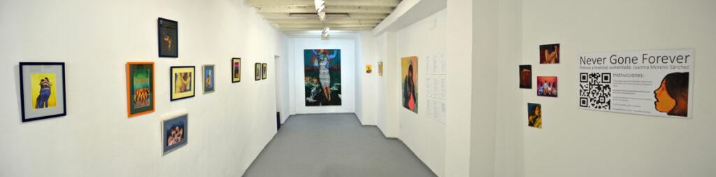 Instalación de la exposición de pintura y realidad aumentada Never Gone Forever